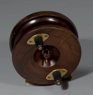 Grand moulinet en bois et cuivre (type Nottingham)...