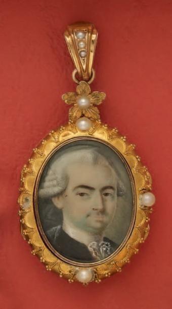 Pendentif porte photo en or, orné d'une miniature...