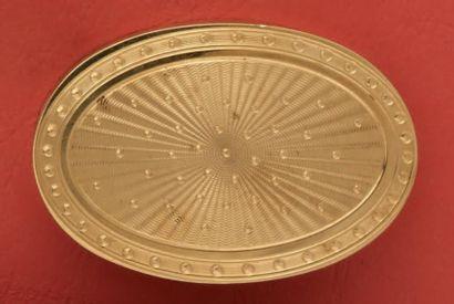 Boîte ovale en or guilloché de lignes d'ondes...
