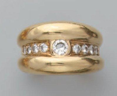 Bague jonc en or, ornée d'une ligne de diamants...