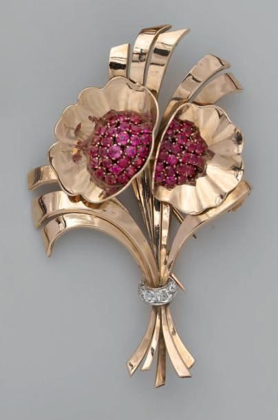 Broche clip en or, stylisant un bouquet de...
