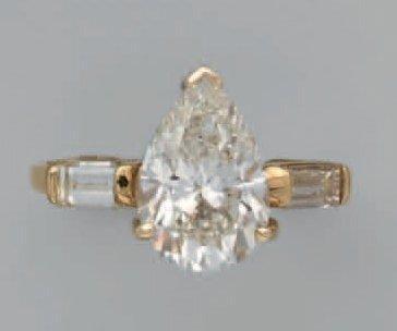 Bague en or, ornée d'un diamant taille poire...