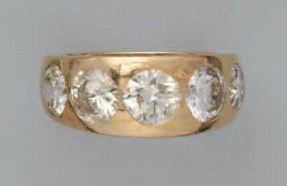 Bague jonc en or, ornée de 5 diamants demi...