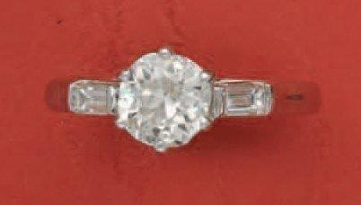 Bague en or gris, ornée d'un diamant brillanté...
