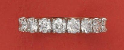 Demi-alliance en or rhodié, ornée de 8 diamants...