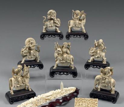 Groupe en ivoire, composé de 7 cavaliers...