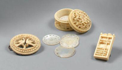 Lot en ivoire composé d'un boîte à jetons...