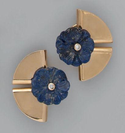 Jean VENDOME Paire de clips d'oreilles en or, composés d'un demi-cercle appliqué...