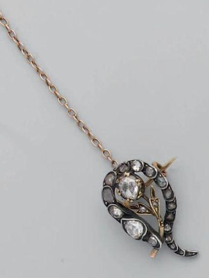 Broche en argent, stylisant une fleur ornée d'une rose couronnée en serti double...