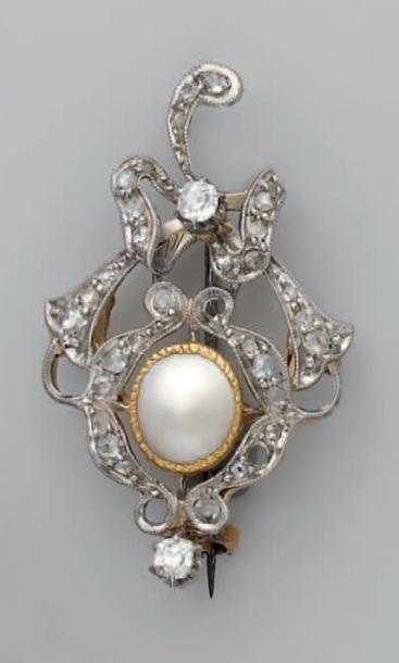 Broche pendentif en or, centrée d'une perle...