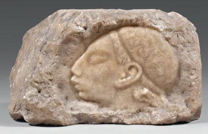 IDENBAUM Léon (1890-1981) Bloc de marbre sculpté sur une face. Signé. - Pièce unique....
