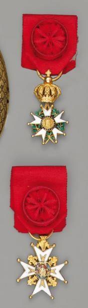 Deux réductions en or: une croix de chevalier...
