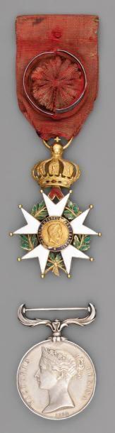Une croix d'officier de l'ordre de la Légion...