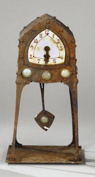 TRAVAIL ETRANGER 1900 Pendule en fer forgé...
