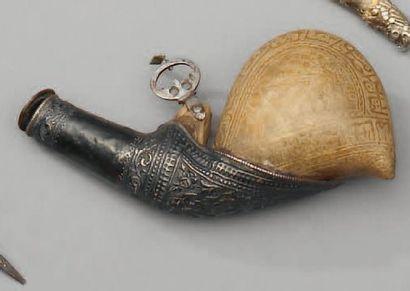 Poire à poudre indo persane en cuir travaillé...