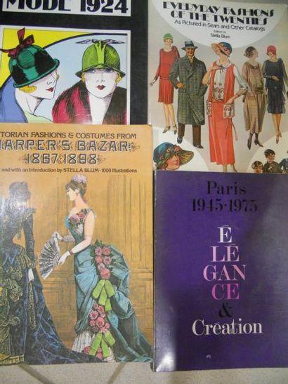 Deux catalogues illustrant la mode à la fin...
