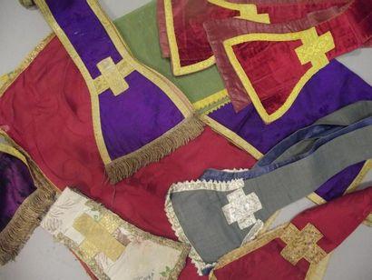 Bel ensemble de manipules et étoles liturgiques,...