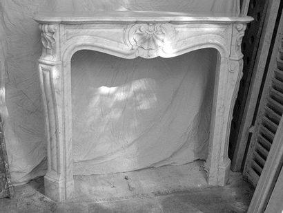 Cheminée en marbre blanc de style Louis XV....