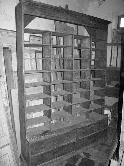 Meuble de métier, 32 casiers, 4 tiroirs H....