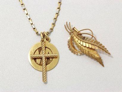 Lot en or, composé d'une croix, une médaille...