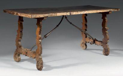 Grande table en noyer sculpté de rinceaux...