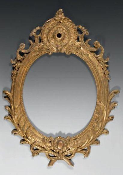 Cadre de forme ovale en bois sculpté, doré...