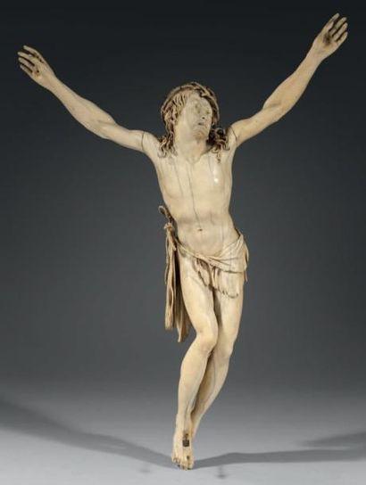Christ vivant, en croix, en ivoire finement...
