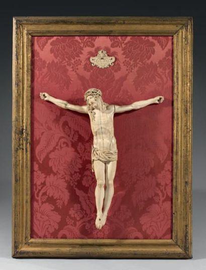 Beau Christ en croix vivant, en ivoire très...