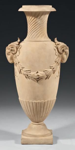Important vase à l'Antique, en terre cuite....