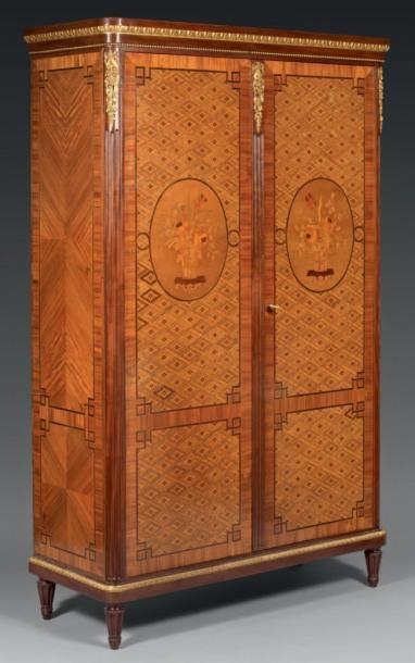 Petite armoire marquetée de médaillons représentant...