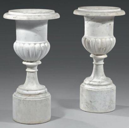 Paire de vases Médicis, en marbre blanc sculpté,...
