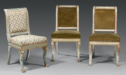 Suite de trois chaises à dossier légèrement...