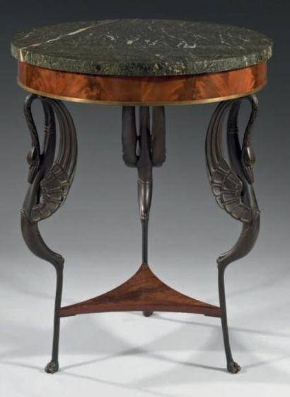 Guéridon à piétement tripode, en bronze ciselé...