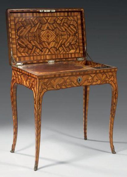 Rare table de salon, à secret, formant bureau. Elle est à plateau rectangulaire...