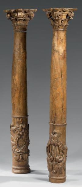 Belle paire de colonnes en hêtre sculpté,...