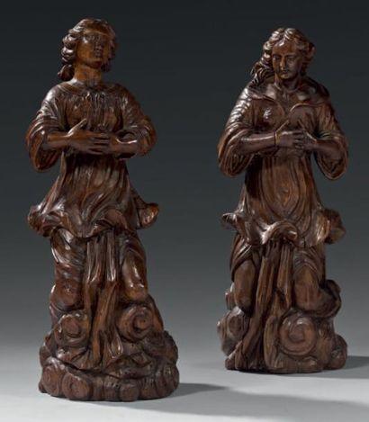 Paire d'Anges d'annonciation en noyer sculpté...