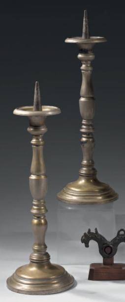Grande paire de chandeliers en métal reposant...