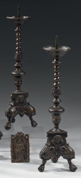 Belle paire de pique-cierges en bronze à...