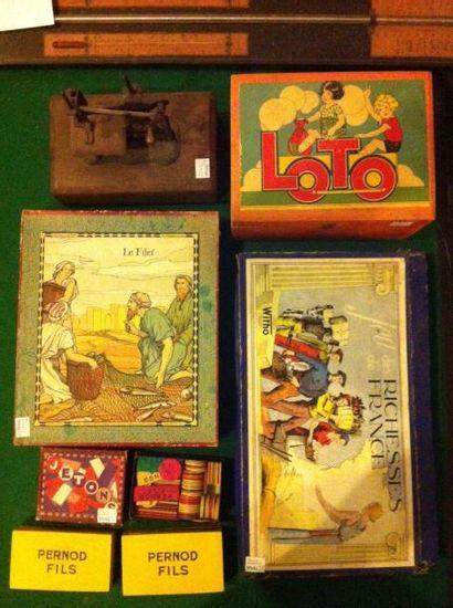 Lot: une machine à coudre, deux jeux de cartes,...