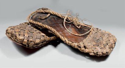 Deux paires de sandales de moujiks dits Lapti...