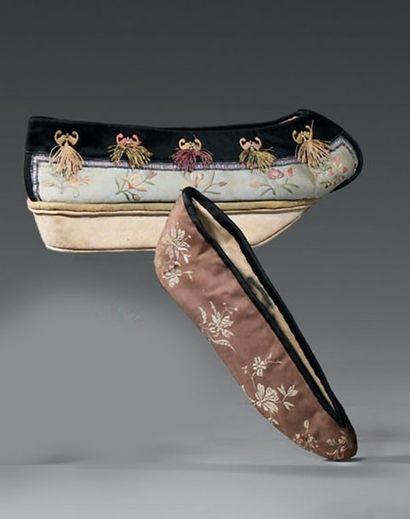 Paire de chaussures de femme du palais, Mandchourie,...