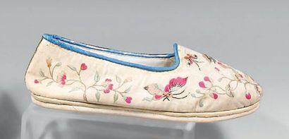 Deux paires de chaussons de femme, Chine...
