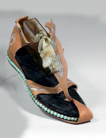 Trois modèles de sandale antique pour femme,...