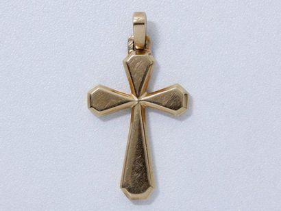 Pendentif en or rose retenant une croix facettée....