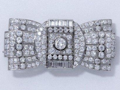 Broche plaque en platine, centrée d'un diamant...
