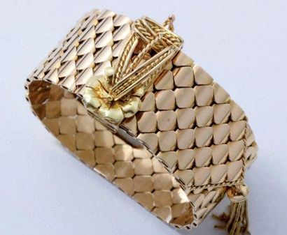 Bracelet ceinture en or, maillons écaille. Extrémité et fermoir réglable à cliquet...