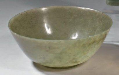Bol circulaire en jade sculpté vert XVIIIème...