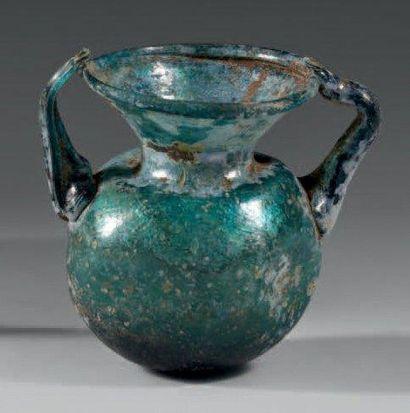 Vase à panse globulaire présentant de légères...
