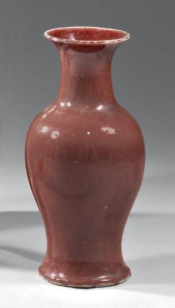CHINE - XIXème siècle Vase de forme balustre en porcelaine émaillée rouge sang de...