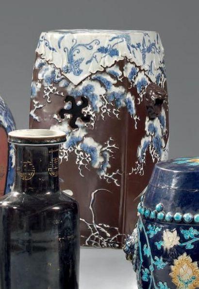 JAPON - Epoque MEIJI (1868 - 1912) Siège tonnelet de forme quadrangulaire en porcelaine...